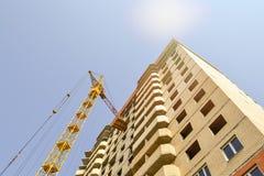 Budynku żuraw przy tłem kondygnaci budować w budowie Obraz Royalty Free