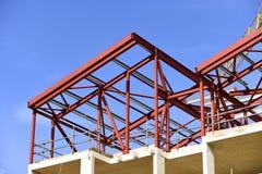 budynku budowy postęp Czerwony elementarz malujący steelwork zdjęcie royalty free