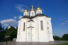budynku Catherine Chernigov kościelni dandelions grass gazonu st Ukraine biel kolor żółty Obrazy Royalty Free