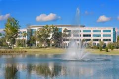 budynku fontanny biuro Obrazy Royalty Free