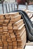 budynku kolonista ja naprawiam sterty drewno Fotografia Royalty Free