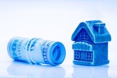 Budynku mali złoci stojaki obok rolki USA sto dolarowi rachunki Pojęcie hipoteka, pożyczka, pieniężna inwestycja lub sprzedaż, zdjęcie royalty free