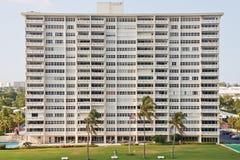 budynku mieszkania własnościowego ogromny tropikalny biel obraz royalty free