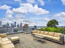 Budynku mieszkaniowego dachu wierzchołka nieba hol fotografia royalty free