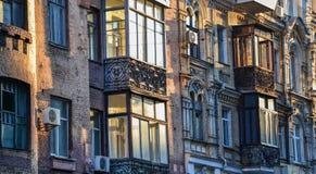 Budynku powierzchowność z okno i balkonami Zdjęcie Royalty Free