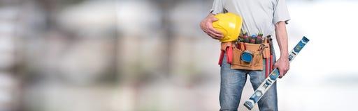 Budynku pracownik z narzędzie hełmem i paskiem zdjęcie royalty free