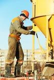 Budynku pracownika dolewania beton z baryłką fotografia royalty free