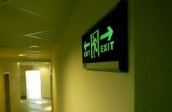 budynku wyjścia ewakuacyjnego rozjarzony zieleni znak Zdjęcie Royalty Free