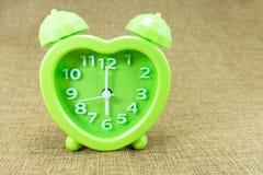Budzik na brown parcianym tła przedstawienia Sześć o ` zegarze a lub 6:00 M Zdjęcia Stock