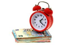 Budzik na stercie banknoty zdjęcie stock