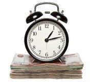 Budzik pozycja na stercie Rosyjski pieniądze zdjęcie stock