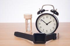 Budzik z sandglass i cyfrowym zegarkiem fotografia royalty free