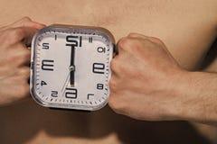 Budzika przedstawienie sześć godzin między męskimi pięściami Obraz Stock