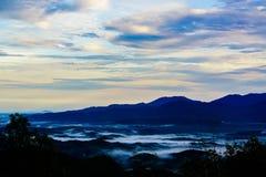 Bueatiful van moutainwaaier en overzeese mist in vroege ochtendtijd royalty-vrije stock afbeeldingen