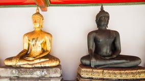 Bueatifulen buddha skulpterar två olika färger på den Wat Po nollan Arkivfoton