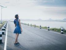 Bueatifulmeisje in kleding op de weg dichtbij dam Royalty-vrije Stock Afbeeldingen
