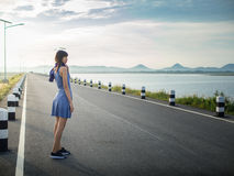 Bueatifulmeisje in kleding op de weg dichtbij dam Royalty-vrije Stock Foto's
