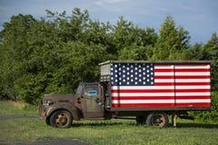 Buen camión americano de Ol con la bandera Imagen de archivo libre de regalías