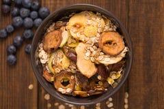buen desayuno, quinoa orgánica del desayuno con las gachas de avena de la harina de avena Nuts de la leche y de las bayas, del de Foto de archivo