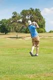 Buen oscilación del golfista joven Imagen de archivo