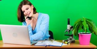 Buen reparto La secretaria utiliza el tel?fono m?vil en el lugar de trabajo Empresaria que habla en el tel?fono Datos e informaci fotografía de archivo libre de regalías