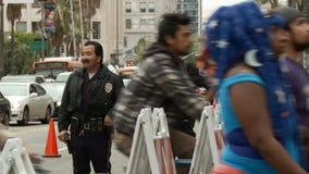 Buen ` sonriente de los polis del ` en la reunión almacen de metraje de vídeo