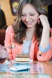 Buen tiempo y muchacha hermosa feliz en un restaurante Foto de archivo