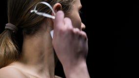 Buena etiqueta de rasgado femenina fuerte de la muchacha del oído, protestando contra perjuicio almacen de video