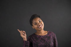 Buena idea de la mujer africana en fondo de la pizarra Imagen de archivo libre de regalías