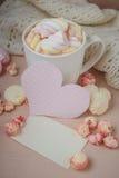 Buena mañana con el chocolate caliente en la tabla de madera Foto de archivo libre de regalías