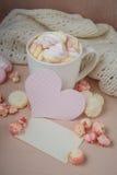 Buena mañana con el chocolate caliente en la tabla de madera Fotos de archivo
