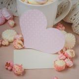 Buena mañana con el chocolate caliente en la tabla de madera Fotos de archivo libres de regalías
