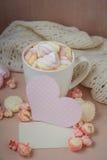 Buena mañana con el chocolate caliente en la tabla de madera Imagenes de archivo