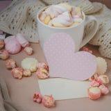 Buena mañana con el chocolate caliente en la tabla de madera Fotografía de archivo libre de regalías
