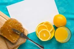 Buena mañana con el zumo, el pan y el atasco de naranja Imágenes de archivo libres de regalías