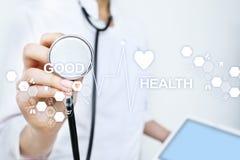 Buena revisión médica Médico que usa el ordenador moderno de la pantalla virtual foto de archivo