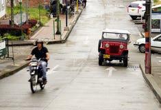 BUENA VISTA COLOMBIA - AUGUSTI 14, 2018: Gataplats i Buena Vista - Quindio Varit nedstämd och en Willys jeep på gatan royaltyfria bilder