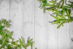Buenas fiestas, decoración de la Navidad, tablero y ramas de árboles Imagenes de archivo