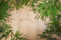Buenas fiestas, decoración de la Navidad, tablero y ramas de árboles Fotografía de archivo libre de regalías