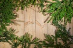 Buenas fiestas, decoración de la Navidad, tablero y ramas de árboles Fotos de archivo libres de regalías