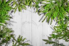 Buenas fiestas, decoración de la Navidad, tablero y ramas de árboles Imágenes de archivo libres de regalías