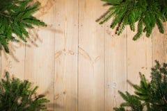 Buenas fiestas, decoración de la Navidad, tablero y ramas de árboles Foto de archivo