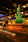 Buenas fiestas muestra y árbol Imagen de archivo libre de regalías