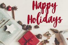 Buenas fiestas texto, muestra estacional de la tarjeta de felicitaciones fla de la Navidad foto de archivo libre de regalías
