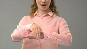 Buenas noches que dicen femeninas en el asl, comunicación para sordo, lección de lenguaje de signos almacen de metraje de vídeo