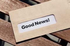 Buenas noticias y sobre foto de archivo