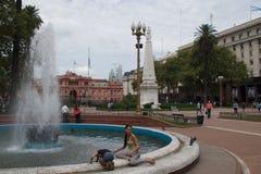 Buenos Aires, ArgBuenod Aires, la Argentina - enero de 2015: Niños que juegan en Plaza de Mayo Imagenes de archivo