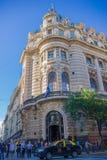 BUENOS AIRES, ARGENTINA - 2 MAGGIO 2016: la costruzione francese piacevole di stile builded nel centro urbano, alcuni pedoni Fotografia Stock Libera da Diritti