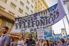 BUENOS AIRES ARGENTINA - MAJ 02, 2016: det oidentifierade folket protesterar mot massfriställningar på offentliga telefonbolag Royaltyfria Bilder