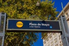 BUENOS AIRES ARGENTINA - MAJ 02, 2016: hänrycka tecknet av en gångtunnelstation som nästan lokaliseras i Plaza de Mayo rosa färge Fotografering för Bildbyråer